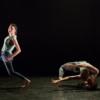 parasites-danse-duo-debout-assis